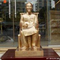 tuong_bac_ho_ngoi_doc_bao_60cm.jpg