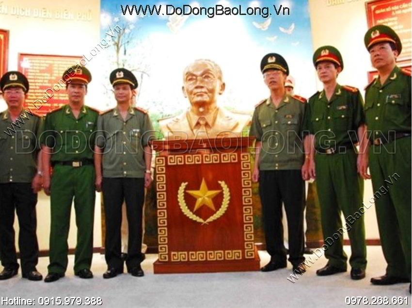 Tượng Võ Nguyên Giáp kích thước lớn đặt trong văn phòng nhà nước