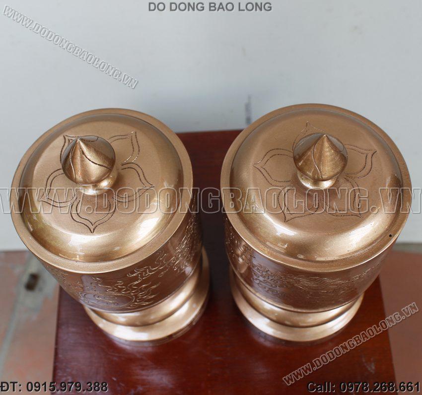 Đài thờ đựng nước bằng đồng đặt trên bàn thờ cúng gia tiên