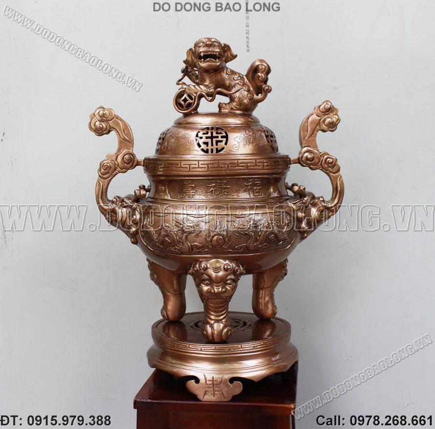 Đỉnh thờ bằng đồng đỏ cao 60cm bày trên bàn thờ cúng gia tiên